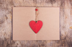 Η κόκκινη καρδιά είναι ένας σελιδοδείκτης και ένα ανοικτό βιβλίο με τις κενές σελίδες Στοκ Εικόνες