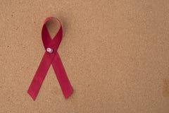 Η κόκκινη κορδέλλα βοηθά την κορδέλλα στον πίνακα ανακοινώσεων Στοκ Εικόνα