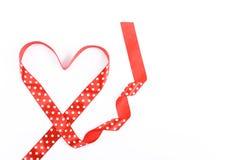 η κόκκινη κορδέλλα καρδιών διαμόρφωσε το λευκό Στοκ Φωτογραφίες