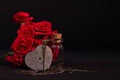 Η κόκκινη κορδέλλα αυξήθηκε, μπουκάλι γυαλιού και ρολόι καρδιών με το μαύρο υπόβαθρο Στοκ φωτογραφίες με δικαίωμα ελεύθερης χρήσης