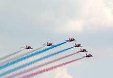 Η κόκκινη ομάδα βελών χρωματίζει τη ρωσική σημαία Στοκ Εικόνα