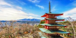Η κόκκινη παγόδα Chureito και τοποθετεί το υπόβαθρο του Φούτζι, Ιαπωνία Στοκ Εικόνες