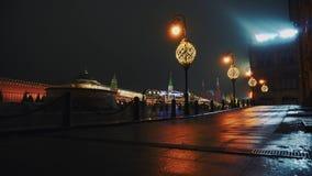 Η κόκκινη πλατεία, λίγα αυτοκίνητα ταξί οδηγεί μετά από την εκκλησία του Κρεμλίνου και βασιλικού, χειμώνας, νύχτα απόθεμα βίντεο
