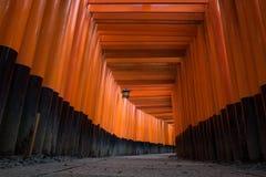 Η κόκκινη πορεία διάβασης πεζών πυλών torii στη λάρνακα taisha inari fushimi Στοκ Φωτογραφίες