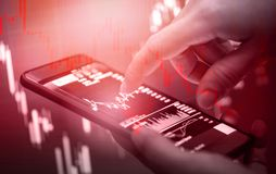Η κόκκινη πτώση των τιμών κρίσης αποθεμάτων κάτω από την επιχείρηση πτώσης διαγραμμάτων και η χρηματοδότηση συντρίβουν τη χάνοντα στοκ φωτογραφίες με δικαίωμα ελεύθερης χρήσης
