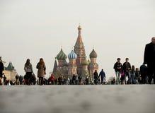 Η κόκκινη πλατεία και το Κρεμλίνο με την αφθονία των τουριστών Στοκ Εικόνα