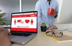 Η κόκκινη σε απευθείας σύνδεση χρονολόγηση καρδιών βρίσκει την αγάπη το ζεύγος που χρονολογεί Happines Στοκ εικόνα με δικαίωμα ελεύθερης χρήσης