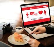 Η κόκκινη σε απευθείας σύνδεση χρονολόγηση καρδιών βρίσκει την αγάπη το ζεύγος που χρονολογεί Happines Στοκ Εικόνες