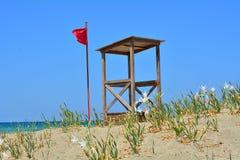 Η κόκκινη σημαία και το σπίτι του lifeguard Στοκ εικόνα με δικαίωμα ελεύθερης χρήσης