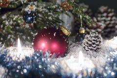 Η κόκκινη σφαίρα γυαλιού είναι κοντά στο χριστουγεννιάτικο δέντρο Στοκ Φωτογραφίες