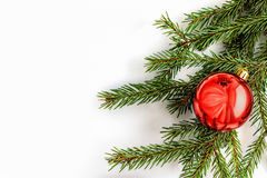 Η κόκκινη σφαίρα στο χριστουγεννιάτικο δέντρο Κάρτα Στοκ εικόνα με δικαίωμα ελεύθερης χρήσης