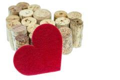 Η κόκκινη υφαντική καρδιά με το κρασί βουλώνει τη μορφή μια μορφή καρδιών στο άσπρο υπόβαθρο Στοκ εικόνες με δικαίωμα ελεύθερης χρήσης