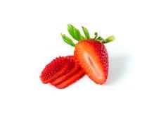Η κόκκινη φράουλα μούρων τεμαχίστηκε στα μικρά κομμάτια και λεπτός με Στοκ εικόνα με δικαίωμα ελεύθερης χρήσης