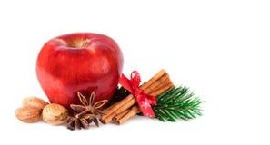 Η κόκκινη Apple αγροτική που διακοσμεί με τα χειμερινά καρυκεύματα Μήλο Χριστουγέννων που απομονώνεται στο λευκό Στοκ Φωτογραφία
