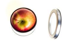 Η κόκκινη Apple μέσα σε ένα δοχείο κασσίτερου Στοκ Εικόνες