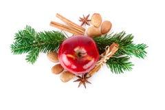 Η κόκκινη Apple με τα καρυκεύματα Χριστουγέννων στο άσπρο υπόβαθρο Επίπεδος βάλτε, τοπ άποψη Στοκ φωτογραφίες με δικαίωμα ελεύθερης χρήσης
