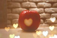 Η κόκκινη Apple με τις καρδιές στοκ φωτογραφία με δικαίωμα ελεύθερης χρήσης