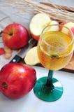 Η κόκκινη Apple με το ποτήρι του χυμού της Apple Στοκ εικόνες με δικαίωμα ελεύθερης χρήσης