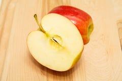 Η κόκκινη Apple μισό σε οριζόντιο Στοκ εικόνα με δικαίωμα ελεύθερης χρήσης