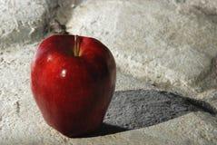Η κόκκινη Apple στο γκρίζο πεζοδρόμιο Στοκ φωτογραφία με δικαίωμα ελεύθερης χρήσης