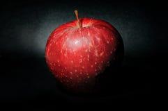 Η κόκκινη Apple στο μαύρο σκηνικό Στοκ εικόνα με δικαίωμα ελεύθερης χρήσης