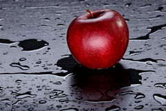 Η κόκκινη Apple στο μαύρο υπόβαθρο Στοκ φωτογραφία με δικαίωμα ελεύθερης χρήσης