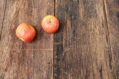 Η κόκκινη Apple στο ξύλινο υπόβαθρο, με το διάστημα αντιγράφων Στοκ Φωτογραφίες