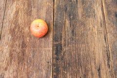 Η κόκκινη Apple στο ξύλινο υπόβαθρο, με το διάστημα αντιγράφων Στοκ φωτογραφίες με δικαίωμα ελεύθερης χρήσης