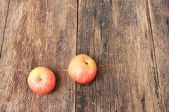 Η κόκκινη Apple στο ξύλινο υπόβαθρο, με το διάστημα αντιγράφων Στοκ Εικόνες