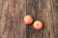 Η κόκκινη Apple στο ξύλινο υπόβαθρο, τοπ άποψη με το διάστημα αντιγράφων Στοκ Εικόνες