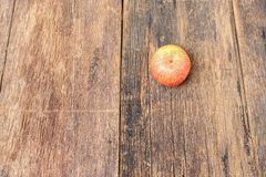 Η κόκκινη Apple στο ξύλινο υπόβαθρο, τοπ άποψη με το διάστημα αντιγράφων Στοκ Εικόνα
