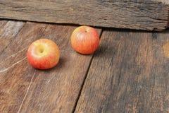 Η κόκκινη Apple στο ξύλινο υπόβαθρο, τοπ άποψη με το διάστημα αντιγράφων Στοκ Φωτογραφία