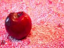 Η κόκκινη Apple στο ροζ στοκ εικόνες