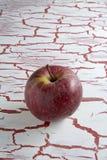 Η κόκκινη Apple, στο υπόβαθρο grunge Στοκ φωτογραφία με δικαίωμα ελεύθερης χρήσης
