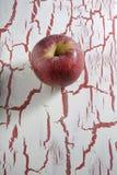 Η κόκκινη Apple, στο υπόβαθρο grunge Στοκ εικόνα με δικαίωμα ελεύθερης χρήσης