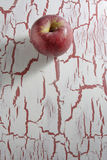 Η κόκκινη Apple, στο υπόβαθρο grunge Στοκ Φωτογραφίες