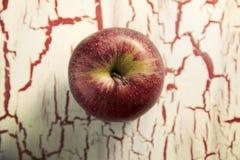 Η κόκκινη Apple, στο υπόβαθρο grunge Στοκ εικόνες με δικαίωμα ελεύθερης χρήσης