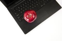 Η κόκκινη Apple στο lap-top Στοκ Εικόνες