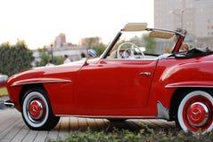 Η κόκκινη Mercedes-Benz 190 αναδρομικό αυτοκίνητο SL   Στοκ εικόνες με δικαίωμα ελεύθερης χρήσης