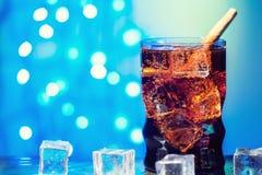 Η κόλα στην κατανάλωση του γυαλιού με το γλυκό σπινθήρισμα κύβων πάγου που ενώνεται με διοξείδιο του άνθρακα πίνει το γρήγορο φαγ Στοκ εικόνες με δικαίωμα ελεύθερης χρήσης