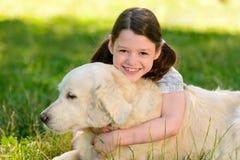 Η κόρη αγκαλιάζει ένα σκυλί στοκ εικόνες με δικαίωμα ελεύθερης χρήσης