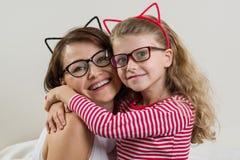 Η κόρη αγκαλιάζει στοργικά τη μητέρα της Γονέας και παιδί στο γ στοκ φωτογραφία με δικαίωμα ελεύθερης χρήσης