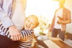 Η κόρη αγκαλιάζει την έγκυο μητέρα με την κοιλιά μωρών στοκ φωτογραφία με δικαίωμα ελεύθερης χρήσης