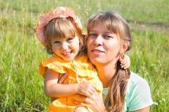 η κόρη αγκαλιάζει mum Στοκ Εικόνα