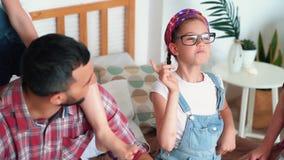 Η κόρη αφαιρεί τα γυαλιά από το πρόσωπο του μπαμπά και βάζει σε το ο ίδιος, σε αργή κίνηση φιλμ μικρού μήκους