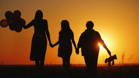 Η κόρη και η γιαγιά μητέρων θαυμάζουν μαζί το ηλιοβασίλεμα Ενεργός έννοια πρεσβυτέρων στοκ φωτογραφία με δικαίωμα ελεύθερης χρήσης