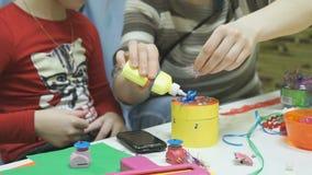 Η κόρη και η μητέρα κάνουν τις τέχνες από το χαρτόνι φιλμ μικρού μήκους