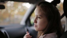 Η κόρη και η μητέρα της ξοδεύουν το χρόνο από κοινού Μητέρα και κόρη ένας έφηβος μαζί στο γύρο και τη συζήτηση αυτοκινήτων απόθεμα βίντεο