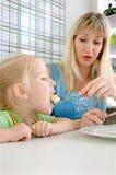 η κόρη καφέδων ταΐζει mum τις νεολαίες στοκ φωτογραφία με δικαίωμα ελεύθερης χρήσης