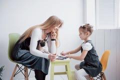 Η κόρη μητέρων και παιδιών σύρει συμμετέχει στη δημιουργικότητα στον παιδικό σταθμό μικρός μαλαγμένος πηλός με τους στοκ φωτογραφία με δικαίωμα ελεύθερης χρήσης